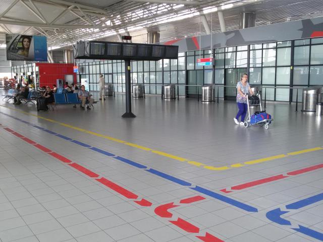 Летище София с водещи цветни пътеки по дизайн на Спаси София