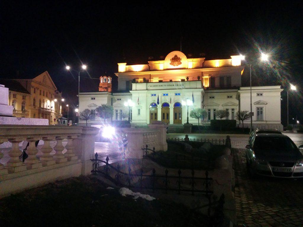 Коледните светлини пред Народното събрание