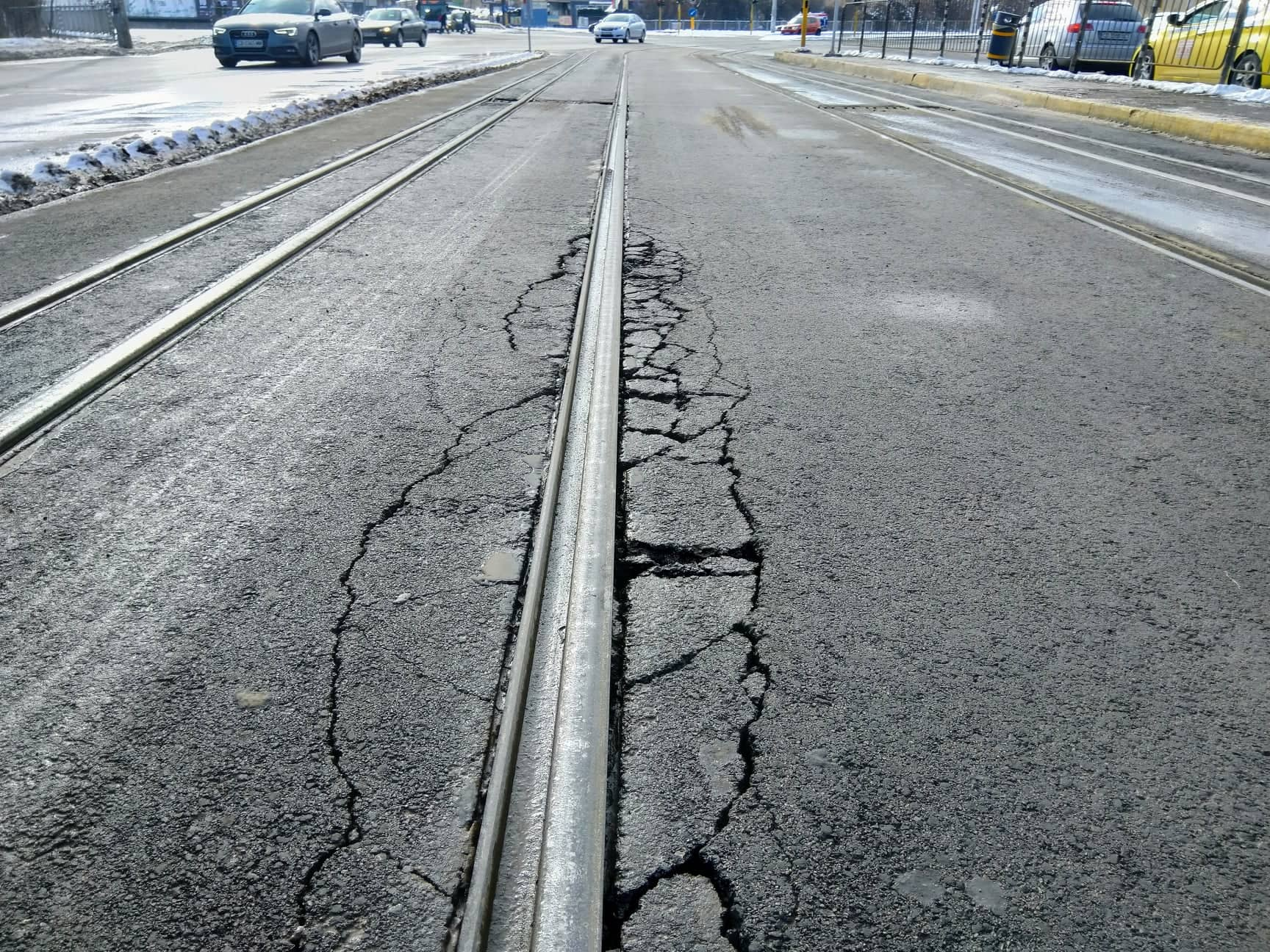 Асфалт на два месеца се разпада на бул. Константин Величков (Галерия)